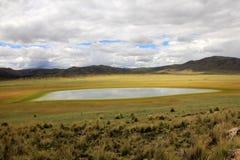 Montagnes et lac colorés dans les Andes péruviens Photographie stock libre de droits