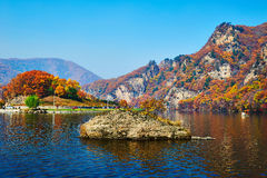 Montagnes et lac d'automne images libres de droits