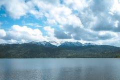 Montagnes et lac de vue panoramique image stock