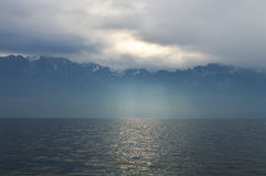 Montagnes et lac par temps nuageux Photo stock