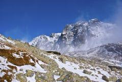Montagnes et le brouillard Image libre de droits