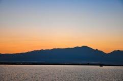 Montagnes et mer - coucher du soleil Photos libres de droits