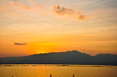 Montagnes et mer - coucher du soleil Image stock