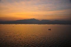 Montagnes et mer - coucher du soleil Photo stock
