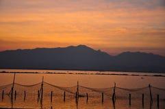 Montagnes et mer - coucher du soleil Image libre de droits