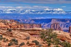 Montagnes et Mesa Arch de sel de La Image libre de droits