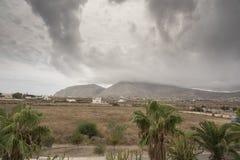 Montagnes et nuage sur Santorini Photo libre de droits