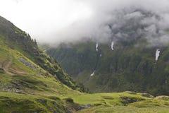 Montagnes et nuages Image stock