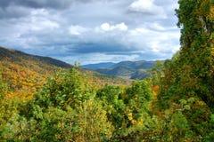 Montagnes et nuages images stock