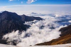 Montagnes et nuages photo stock