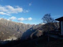 Montagnes et nuages Image libre de droits