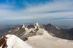Montagnes et nuages caucasiens Paysage Ciel bleu glacier photos libres de droits
