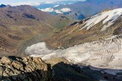 Montagnes et nuages caucasiens Paysage Ciel bleu glacier image libre de droits