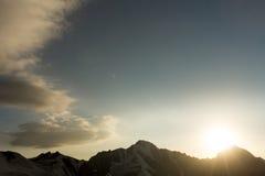 Montagnes et nuages caucasiens Paysage Ciel bleu glacier photo libre de droits