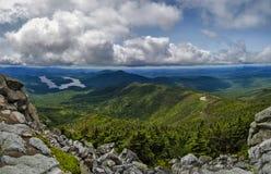 Montagnes et nuages d'Adirondack qui entourent Whiteface Mountai Image stock