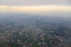 Montagnes et nuages d'avion Photos stock