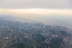 Montagnes et nuages d'avion Image stock