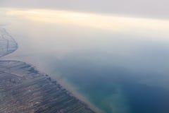 Montagnes et nuages d'avion Image libre de droits