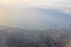 Montagnes et nuages d'avion Photo libre de droits