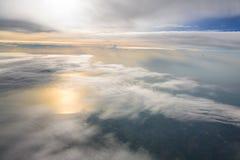 Montagnes et nuages d'avion Photos libres de droits