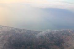 Montagnes et nuages d'avion Photographie stock libre de droits