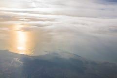 Montagnes et nuages d'avion Images libres de droits