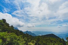 Montagnes et nuages de LUSHAN Photographie stock