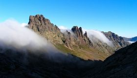 Montagnes et nuages de rampement, Corse Photo stock