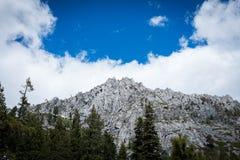 Montagnes et nuages images libres de droits