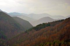 Montagnes et nuages pendant l'hiver Image stock