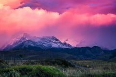 Montagnes et nuages pluvieux pendant le lever de soleil photo libre de droits