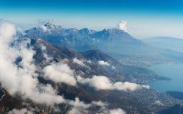 Montagnes et petits bâtiments Images libres de droits