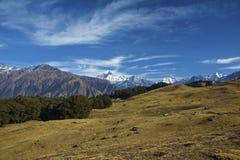 Montagnes et prés Image stock