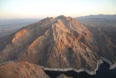 Montagnes et rivière au coucher du soleil Image libre de droits