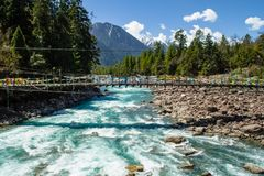 Montagnes et rivière en premier ressort photographie stock libre de droits