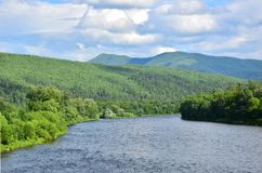 Montagnes et rivière vertes sans fin photos stock