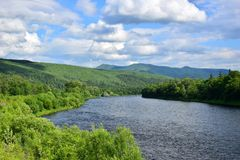 Montagnes et rivière vertes sans fin photo libre de droits