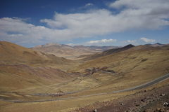 Montagnes et route au Thibet Photos stock