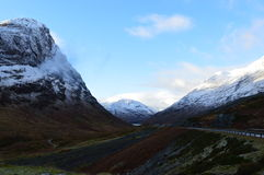 Montagnes et route couvertes par neige Photos libres de droits