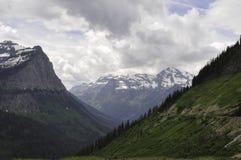 Montagnes et route d'Aller-à-le-Sun photographie stock libre de droits