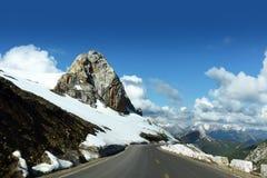 Montagnes et route de neige Photo stock