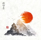 Montagnes et soleil rouge tirés par la main avec l'encre Image stock