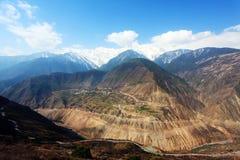 Montagnes et villages couverts par neige Photographie stock