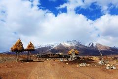 Montagnes et villages couverts par neige Images stock