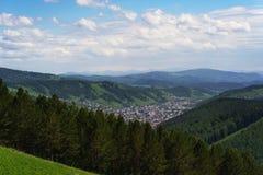 Montagnes et ville de Gorno-Altaysk photo libre de droits