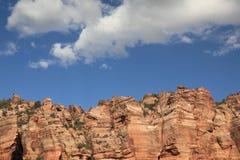 Montagnes, falaises, roches et nuages Photo stock