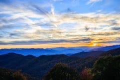 Montagnes fumeuses de Ridge Parkway bleu Photo libre de droits