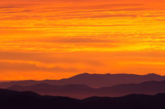 Montagnes fumeuses grandes de lever de soleil photographie stock