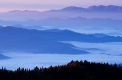 Montagnes fumeuses grandes de lever de soleil Photo libre de droits