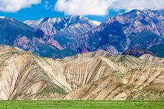 Montagnes gentilles dans le pays du Kirghizistan Photo stock